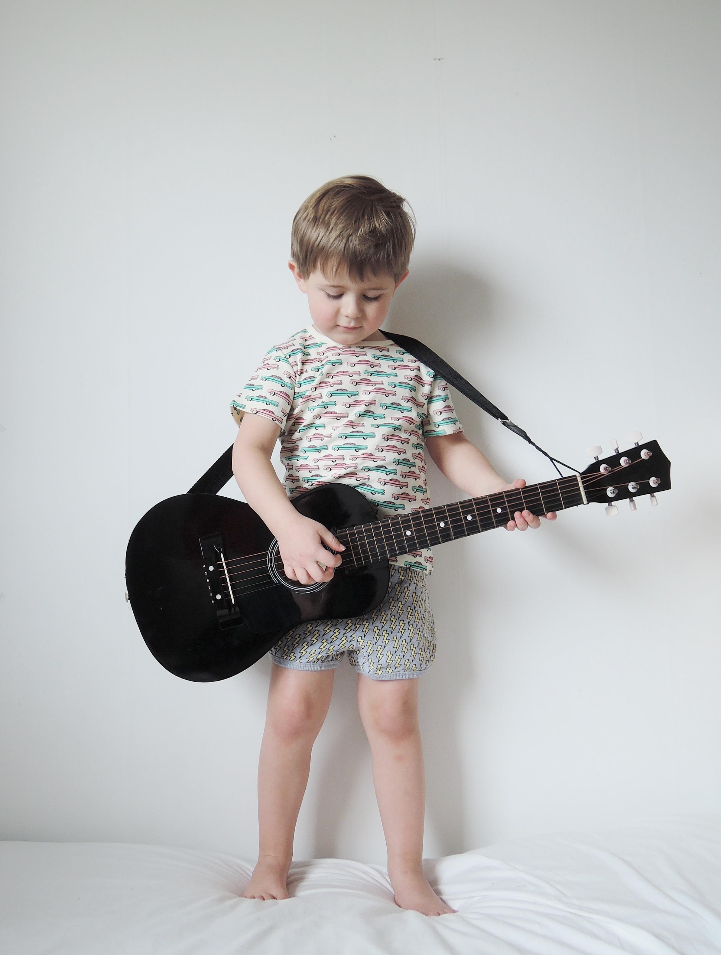 lennon spelar gitarr